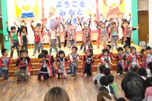 園児たちの歌と踊り